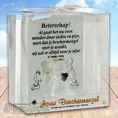 SLC Beschermengel Gedicht BETERSCHAP  Glazen beschermengeltje op glazen plateau. Met gedicht op het glazen plaatje. Het engeltje heeft een edelsteen in haar handen. In de vorm van een hartje. Gedicht: Beterschap! Al gaat het nu even minder door ziekte en pijn, weet dat je beschermengel over je waakt, zij zal er altijd voor je zijn! Het hartje is gemaakt van: Tourmalijn Wat staat voor: Gevoeligheid, Geluk en Blijdschap. Dit alles is verpakt in een mooi geschenkdoosje met lint. Materiaal: Glas