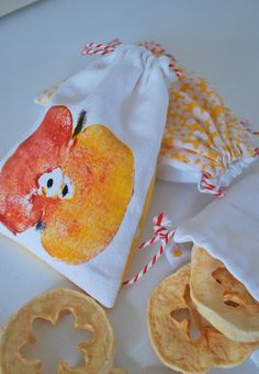 mamas kram: Apfelsäckchen ~ Stamp fabric paint with an apple on small handmade bag. mamas kram is so talented. Diy For Kids, Crafts For Kids, Apple Activities, Fabric Stamping, Autumn Crafts, Fall Diy, Fabric Painting, Handmade Bags, Textiles