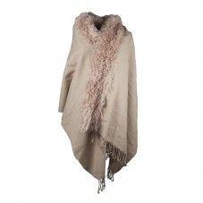 Warme poncho en/of omslagdoek met bontrand. Dit najaar kun je niet om deze grote warme sjaal heen, die je heerlijk om je heen kan slaan of lekker dik om je nek kan knopen. Draag hem als poncho door hem vast te zetten met een speld of broche, zo over je blazer of spijkerjasje. Verkrijgbaar in de kleuren | light beige.mslagdoek met bontrand