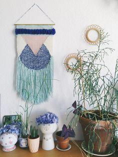 jaune, bleu et plantes vertes