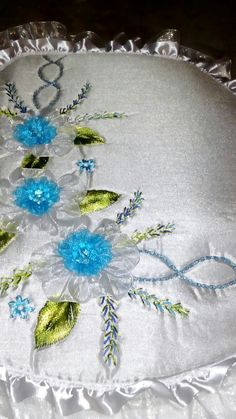 Embroidery Bags, Silk Ribbon Embroidery, Embroidery Stitches, Ribbon Work, Bathroom Sets, Tutorial, Garden Design, Sewing, Crafts