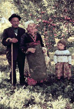 Aşık Veysel, Sivrialan köyündeki elma bahçesinde kız kardeşi ve torunuyla. (Ergun Çağatay – Depo Photos)