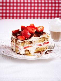 Das Leben schmeckt süß - nach frischen Erdbeeren, knusprigen Cantuccini-Keksen und einer feinen Mascarponecreme. Wir verleihen dem italienischen Dessert-Klassiker neuen Glanz und zaubern ein fruchtig-frisches Erdbeer-Tiramisu.