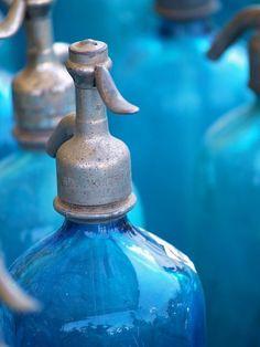 blauwe spuitflessen