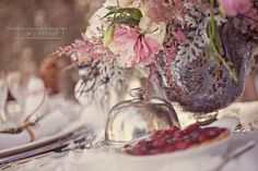 Flowers for a winter wedding. The best cutest snow wedding shots. Article in French, c'est bonne. Snow Wedding, Summer Wedding, Wedding Boxes, Wedding Flowers, Boho Deco, Madame C, Winter Bouquet, Rustic Wedding Inspiration, Bridal Headpieces