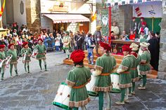 Sagra-del-Tordo,-draw-archery-during-a-traditional-folk-festival-on-october-27,-2007-in-Montalcino.-Parade-is-accompanied-by-archery-competition.