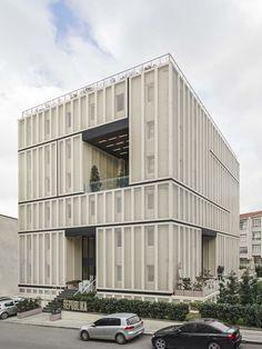 Autoban'ın öğrenci yurdu projesinde, basit geometrik formlara sahip modüllerin ızgara sistemine oturtulması yapının mimari planını belirliyor.