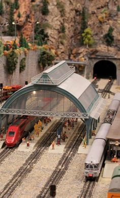 French High Speed Train TGV stands at station with an electric passenger train Ho Scale Train Sets, Ho Scale Trains, Train Tunnel, Grades, Christmas Train, Model Train Layouts, Model Building, Model Trains, Scale Models