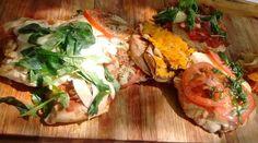 Supremas a la pizza a la parrilla y ensalada fresca