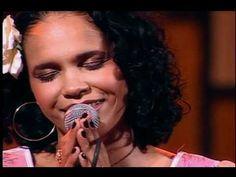 Une voix qui laisse transparaitre la douceur, la sensibilité d'une artiste qui a su, à sa façon, renouveler l'interprétation du samba.   Teresa Cristina e Grupo Semente - Meu Mundo é Hoje (Eu Sou Assim)