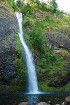 Multnomah Falls ist ein 190m hoher zweistufiger Wasserfall nahe Portland, Oregon, USA