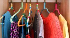 Cabide forrado com linha é uma ótima opção para aquelas peças de roupas mais finas ou com alcinhas,