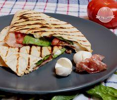 Une recette facile et rapide, chaude et fraîche à la fois qui ravira nos papilles. Une tortilla fourrée de légumes et de charcuterie italienne, pliée en deux et grillée. Il n'y a plus qu'à manger !