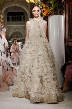 Discover NOWFASHION, the first real time fashion photography magazine to publish exclusive live fashion shows. Get to see the latest fashion runways in streaming! Valentino Bridal, Valentino 2017, Valentino Gowns, Valentino Couture, Best Of Fashion Week, Live Fashion, Fashion Show, Fashion News, Spring Couture