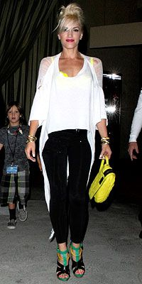 Look of the Day › August 2009 WHAT SHE WORE Stefani layered a sheer asymmetrical top over a neon-yellow bra and shiny leggings and added a L. zippered clutch and three-toned sandals WHERE Gavin Rossdale's L. Gwen And Blake, Gwen Stefani And Blake, Gwen Stefani Style, Neon Yellow, Yellow Bra, Gwen Stefani No Doubt, Hollaback Girl, Divas, Nicole Richie