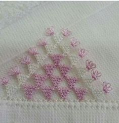 This post was discovered by İfaket Tetik. Discover (and save!) your own Posts on Unirazi. Crochet Triangle, Needle Lace, Lace Making, Tatting, Knots, Needlework, Diy And Crafts, Weaving, Mavis
