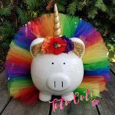 ¡Hucha de tutu unicornio! A debe tener para todos los propietarios de unicornio! Este guarro es vistiendo un tutú arcoiris. También tiene un cuerno de unicornio y atados de flores. Banco no tiene un tapón removible necesidad de romper cuando llega el momento de retirar dinero. Colores Jar Crafts, Easter Crafts, Crafts For Kids, Unicorn Party, Unicorn Pig, Pig Bank, Unicorn Room Decor, Personalized Piggy Bank, Rainbow Parties