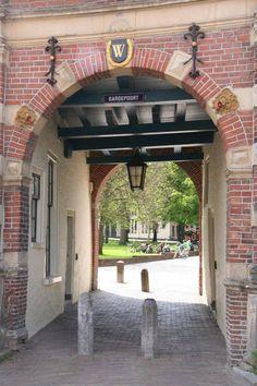 Gardepoort, Martinikerkhof. Groningen. Naast het Prinsenhof, staat de Gardepoort. De poort stamt uit 1639 en verbindt de Turfstraat met het Martinikerkhof.