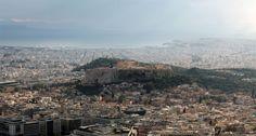 Panorámica de la Acrópolis desde la Colina Licabeto (Likavitós). Antiguamente la Colina Licabeto se encontraba fuera de los límites de la ciudad, ya que hasta el siglo XIX Atenas consistía en un puñado de casas alrededor de la Acrópolis. Según la mitología, la diosa Atenea la formó al dejar caer uno de los dos bloques pétreos que había arrancado en el Pentélico para fundar la Acrópolis y dejar constancia de su triunfo sobre Poseidón en el patronazgo de la ciudad - Portal Fuenterrebollo