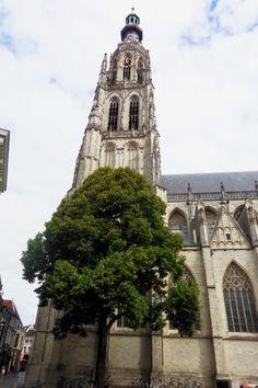 Breda. De toren is 97 meter hoog en werd gebouwd tussen 1468 en 1509, nadat in 1457 de oude toren was ingestort. De open koepel is in 1702 geplaatst en gemaakt van hout uit de Oranjebossen bij Ulvenhout.