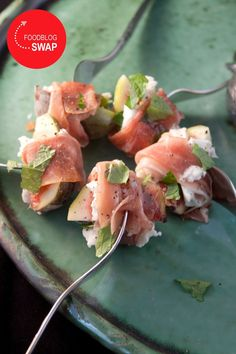 Snack with figs with mozzarella and ham from Parma by Mozzarella Salat, Caprese Salat, Pureed Food Recipes, Cooking Recipes, Low Carp, Sushi, Healthy Snacks, Healthy Recipes, Diner Recipes
