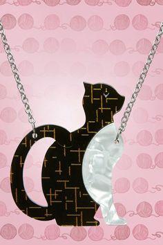 """Zeige deine Liebe für Katzen mit dieser 60s Purrfectly Content Cat Necklace!""""If you kiss a cat, you'll wake up with whiskers! But if you kiss a cat brooch, well you're a bit odd, but you should be fine."""" Wir haben uns sofort in dieser super hübschen Halskette verliebt, die von Hand gefertigt und bemalt wurde. Die Katze ist hergestellt aus mehreren Harzschichten, mit einer Kette aus silberfarbenem Metall mit einem Karabinerverschluss. Einfach perrrfekt! &..."""