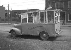 The first #foodtrucks in #Montreal, 1947. // Débuts de la cuisine de rue à Montreal. Une voiture à patates frites sur le coin des rues Ontario et Darling en 1947. Photo : ArchivesdeMontreal