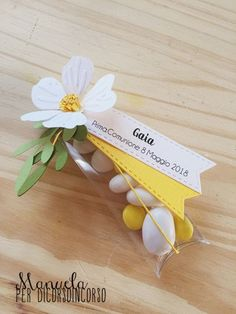 Make way for Spring, which is also time for Largo alla Primavera, che è anche tempo di cerimonie! Make way for Spring, which is also time for ceremonies! Diy Gift Box, Diy Gifts, Art Party Cakes, Disney Wedding Favors, Daisy Party, Diy And Crafts, Paper Crafts, Party Co, Inexpensive Wedding Favors