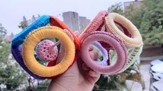 SONAJERO A CROCHET - CÓMO TEJER FÁCIL JUGUETE PARA BEBE - YouTube Crochet Earrings, Youtube, Baby Toys, Plushies, Crochet Backpack, Baby Rattle, How To Knit, Free Pattern, Youtubers