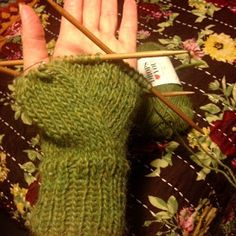 Ihan Kaikki Kotona: Peukku intialaisittain Knit Mittens, Mitten Gloves, Fingerless Gloves, Arm Warmers, Diy And Crafts, Wool, Knitting, Knitting Socks, Fingerless Mitts
