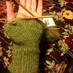Ihan Kaikki Kotona: Peukku intialaisittain Knit Mittens, Mitten Gloves, Fingerless Gloves, Arm Warmers, Diy And Crafts, Villa, Wool, Knitting, Fingerless Mitts