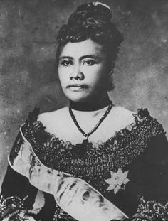 Queen Lili'uokalani of Hawai'i, born Lydia Liliʻu Loloku Walania Wewehi Kamakaʻeha-a-Kapaʻakea, legal and hānai Lydia Kamakaʻeha Pākī. Queen Of Hawaii, Hawaiian Queen, Hawaiian Art, Hawaiian Dancers, Women In History, Black History, Hawaiian Monarchy, Vintage Hawaii, Hawaiian Islands