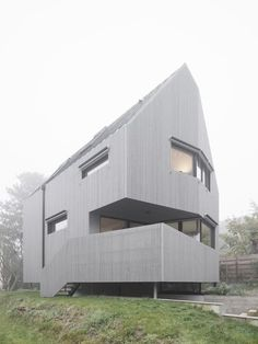 Karawitz built the house with a prefabricated structure of cross-laminated timber (CLT) – a type of engineered wood consisting of layers of laminated timber sections, offering a more sustainable alternative to concrete and steel.