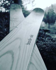 Sci artigianali in legno unici nel loro genere, e modificabili a seconda delle tue esigenze,creati a Primiero San martino di castrozza, visita @primierobordeski e @bordeski su instagram e facebook per tutte le news❄️🌲⛷️ Sci, Genere, Nike Logo, Surfboard, Skiing, Facebook, Instagram, Ski, Surfboards