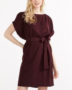 Rehaussez vos looks avec cette robe unie qui est parfaite pour le 5 à 7 qui suit votre 9 à 5. Agrémentée de manches courtes aux épaules dénudées et d'une ceinture, elle est confectionnée dans une matière de qualité supérieure et peut être portée avec des talons hauts pour un look tendance.