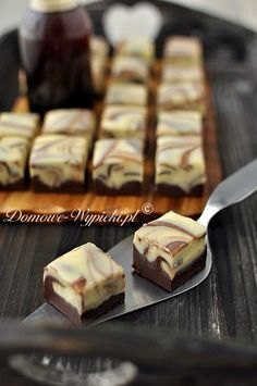 Marmor- Fudge Marble chocolates (faux fudge): 150 g white chocolate plus 200 g sweetened condensed milk, 150 g dark chocolate plus 200 g sweetened condensed milk Fudge Recipes, Baking Recipes, Cookie Recipes, Dessert Recipes, Candy Recipes, Fondant Au Caramel, Salted Caramel Fudge, Salted Caramels, Cookie Dough Brownies