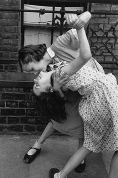 Thurston Hopkins :: Two young girls dancing together in the street, East End, London, 1954 Vintage Lesbian, 50s Vintage, Photos Originales, Gay Aesthetic, Cute Lesbian Couples, Girl Dancing, People Dancing, Cute Gay, Robert Doisneau