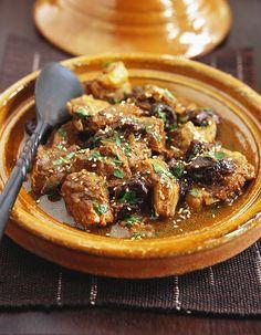 Recette Tagine d'agneau aux dattes et citron confit : Faites revenir 1 épaule d'agneau désossée et coupée en cubes avec 1 oignon émincé dans 1 c. à soupe...