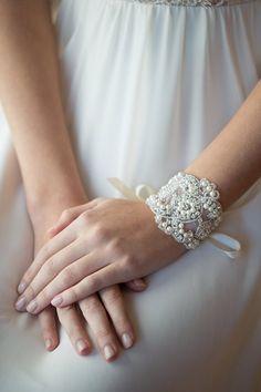 Ein schönes Kristall & Perle Braut Armband. Krawatten mit einem hübschen konfrontiert Matt Größe: 2 5/8 breit x 6 1/4 lang, mit Bändern