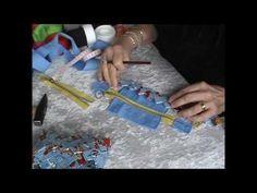 Tällä vieolla näytän kuinka punotaan 3 - palan pohja pidennetyillä suikaleilla hakapunos laukkuun tanskalaisen Hanne Berg'in ohjeen mukaan. Paper Weaving, Candy Wrappers, Projects To Try, Paper Crafts, Youtube, Craft, Purses, Paper Envelopes, Bricolage