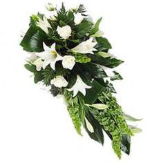 Un fascio di fiori misti colore bianco con rose bianche, lilium ed orientali. Una composizione candida ed elegante.