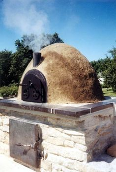 Cob oven by fanny Diy Pizza Oven, Pizza Oven Outdoor, Outdoor Cooking, Pizza Ovens, Parrilla Exterior, Fire Pit Pizza, Pain Pizza, Bread Oven, Outdoor Stove