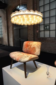 NUT CHAIR, Marcel Wanders en PROP LIGHT ROUND DOUBLE, Bert-Jan Pot. Exhibition MOOOI, Milaan 2014. Photo Gimmii, Nanda Rave
