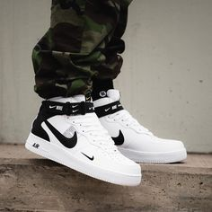 sale retailer 455a6 ed983 Nike Air Force 1 Mid  07 LV8 White   Black. Zapatos ...
