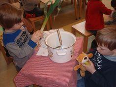 Thema restaurant: Rijmsoep. De kinderen bedenken zelf de rijm ingrediënten.