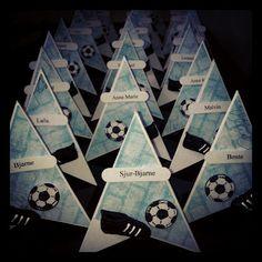 Inger Marie: Hvordan lage bordkortene i forrige innlegg Boy Cards, Kids Cards, Scrapbooking Sport, Sports Party, Decoration Table, Masculine Cards, Paper Cards, Cardmaking, Diy And Crafts