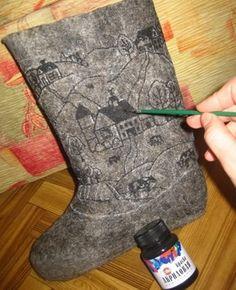 Как покрасить валенки Рисование узоров с помощью акриловой краски Felt Boots, Felt Hat, Wool Felt, Felted Slippers, Baby Slippers, Nuno Felting, Needle Felting, Knitted Flowers, Felting Tutorials