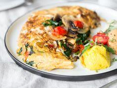 Das vegane Omelett braucht nichts außer cremigen Hummus, weichem Seidentofu, Gewürze und ein wenig Gemüse - eine leckere Low-Carb Mahlzeit.