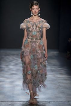 Marchesa Otoño Invierno New York Fashion Week Fashion 2017, Runway Fashion, Fashion Show, Fashion Dresses, Haute Couture Gowns, Couture Fashion, Embroidery Fashion, Beautiful Gowns, Dress To Impress