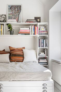 Charming Bedroom Ideas For Your Tiny Apartment That Looks Cool 07 Studio Apartment Storage, Tiny Studio Apartments, Design Apartment, Studio Apartment Decorating, Bedroom Apartment, Apartment Living, Bedroom Wall, Bedroom Decor, Modern Apartments
